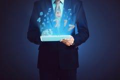 Hombre de negocios, tableta conmovedora del ordenador con el número 2017 Imágenes de archivo libres de regalías