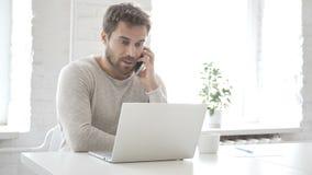 Hombre de negocios Talking en el teléfono, discutiendo el trabajo almacen de video