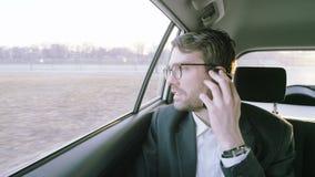 Hombre de negocios Talking en el teléfono y mirada alrededor almacen de video