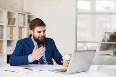 Hombre de negocios Talking por la llamada video fotos de archivo