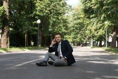 Hombre de negocios Talking On Telephone al aire libre en parque Imagen de archivo