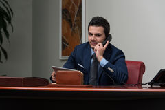 Hombre de negocios Talking On Telephone y ordenador con Fotos de archivo libres de regalías