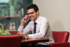Hombre de negocios Talking On Telephone y tableta con Fotografía de archivo