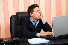 Hombre de negocios tensionado con problemas en la computadora portátil Imágenes de archivo libres de regalías