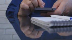 Hombre de negocios Text Using un teléfono móvil en sitio de la oficina foto de archivo