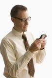 Hombre de negocios Texting en un teléfono celular - aislado Imagen de archivo