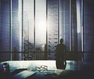 Hombre de negocios Thinking Aspirations Goals que comtempla concepto Fotos de archivo