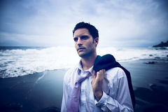 Hombre de negocios Thinking por la playa con la cara seria Foto de archivo