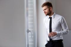 Hombre de negocios Thinking sobre el futuro de la compañía Vidrio de agua Foto de archivo libre de regalías