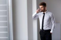 Hombre de negocios Thinking sobre el futuro de la compañía Vidrio de agua Fotografía de archivo