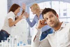 Hombre de negocios trastornado en la reunión Imagen de archivo