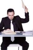 Hombre de negocios trastornado en su escritorio en juego Imagen de archivo libre de regalías