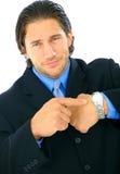 Hombre de negocios trastornado que señala en el reloj Foto de archivo libre de regalías
