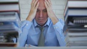 Hombre de negocios trastornado y decepcionado Image Sitting y pensamiento en oficina fotos de archivo libres de regalías
