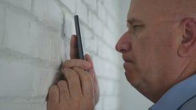 Hombre de negocios trastornado y nervioso Reading Disappointed un texto del teléfono celular fotografía de archivo libre de regalías
