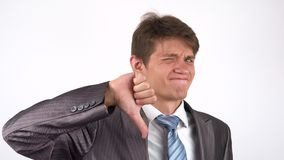 Hombre de negocios triste con una barba que muestra el dislajk almacen de metraje de vídeo