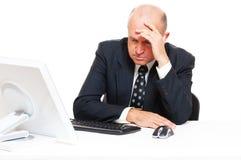 Hombre de negocios triste que se sienta en oficina Fotos de archivo