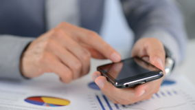 Hombre de negocios Typing en smartphone almacen de metraje de vídeo
