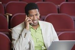 Hombre de negocios On una llamada Fotos de archivo libres de regalías