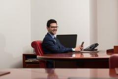 Hombre de negocios On una rotura con su ordenador Foto de archivo