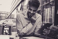 Hombre de negocios usando el documento digital de la tableta y de la lectura fotos de archivo libres de regalías