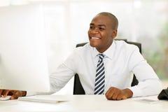 Hombre de negocios usando el ordenador Fotos de archivo libres de regalías