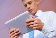 Hombre de negocios usando el ordenador de la tablilla Foto de archivo libre de regalías
