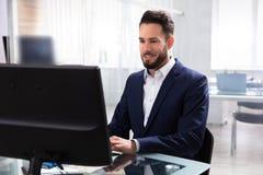 Hombre de negocios usando el ordenador foto de archivo