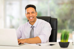 Hombre de negocios usando el ordenador portátil Fotos de archivo libres de regalías