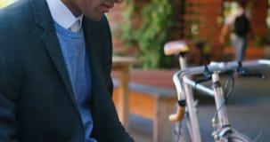 Hombre de negocios usando el ordenador portátil en la calle 4k almacen de video