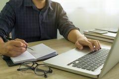 Hombre de negocios usando el ordenador portátil a la situación en el valor de mercado, imagenes de archivo