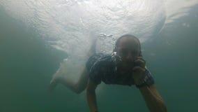 Hombre de negocios usando el smartphone subacuático en la cámara lenta Lago natural almacen de metraje de vídeo