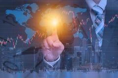 Hombre de negocios usando el techology para comprobar datos mundiales de la acción del mercado Imagen de archivo