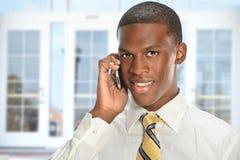 Hombre de negocios usando el teléfono celular imágenes de archivo libres de regalías