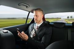 Hombre de negocios usando el teléfono celular fotografía de archivo