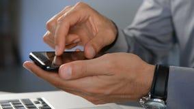 Hombre de negocios usando el teléfono celular metrajes