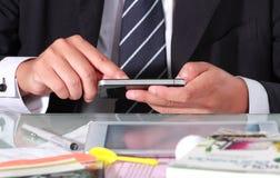 Hombre de negocios usando el teléfono elegante Fotografía de archivo libre de regalías