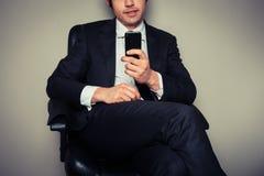 Hombre de negocios usando el teléfono elegante Imágenes de archivo libres de regalías