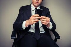 Hombre de negocios usando el teléfono elegante Imagenes de archivo