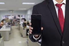 Hombre de negocios usando el teléfono elegante móvil Imagen de archivo libre de regalías