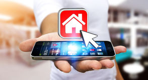 Hombre de negocios usando el teléfono móvil moderno para alquilar un plano Imagen de archivo libre de regalías