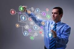 Hombre de negocios que tiene acceso al interfaz social moderno del establecimiento de una red stock de ilustración