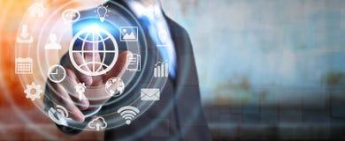 Hombre de negocios usando interfaz táctil digital de la pantalla con el icono del web Fotografía de archivo libre de regalías
