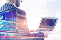 Hombre de negocios usando la computadora portátil foto de archivo libre de regalías