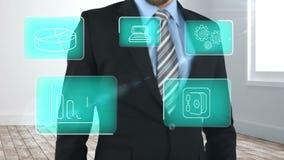 Hombre de negocios usando la pantalla del interfaz digital con los iconos almacen de video
