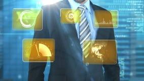 Hombre de negocios usando la pantalla del interfaz digital con los iconos almacen de metraje de vídeo