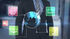 Hombre de negocios usando la pantalla futurista del interfaz metrajes