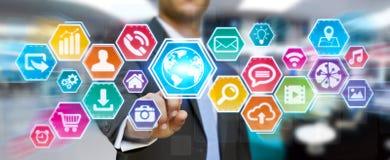 Hombre de negocios usando la pantalla táctil digital de los iconos Imagen de archivo