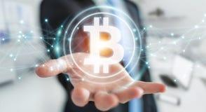 Hombre de negocios usando la representación del cryptocurrency 3D de los bitcoins Fotografía de archivo