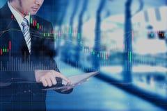 Hombre de negocios usando la tableta con el efecto de la capa de la tecnología, marcha común Foto de archivo